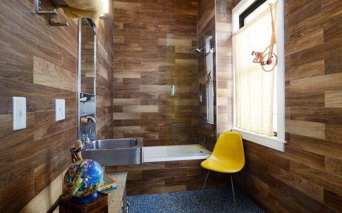 linoléum sur les murs à l'intérieur de la salle de bain