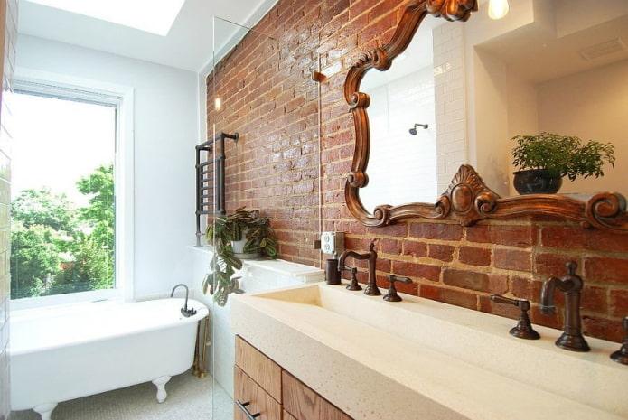 mur de briques à l'intérieur de la salle de bain