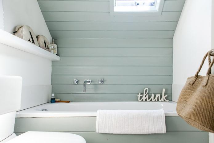 Panneaux en PVC sur le mur à l'intérieur de la salle de bain