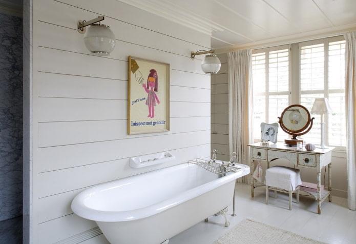 miroir avec support à l'intérieur de la salle de bain