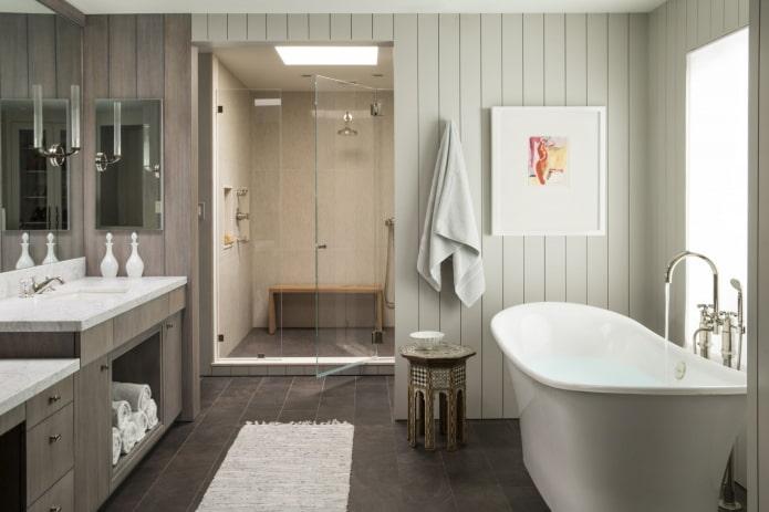 Panneaux en PVC sur les murs à l'intérieur de la salle de bain