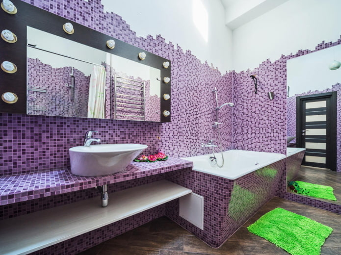 miroir avec ampoules à l'intérieur de la salle de bain