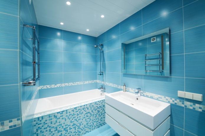 murs bleus à l'intérieur de la salle de bain