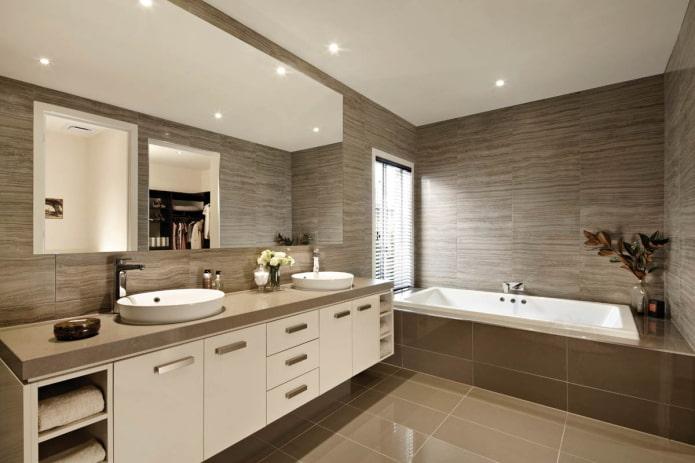 murs bruns à l'intérieur de la salle de bain