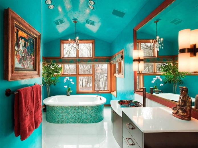 murs turquoise à l'intérieur de la salle de bain