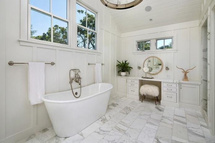 murs blancs à l'intérieur de la salle de bain