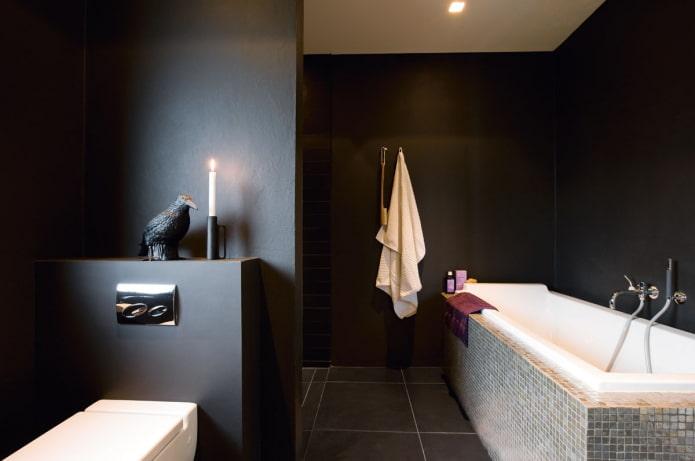 murs noirs à l'intérieur de la salle de bain