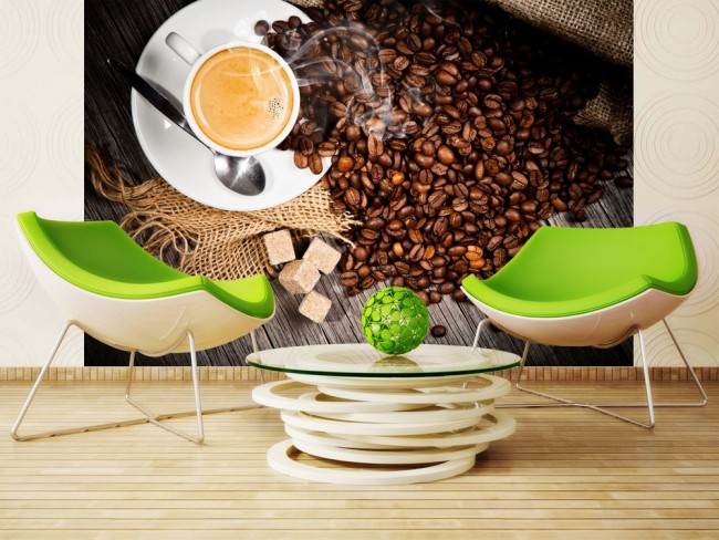 Des images thématiques sur le mur, comme le café aromatique sur cette photo, transformeront la cuisine en un coin confortable.