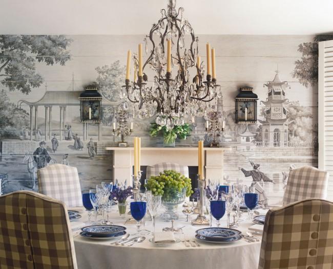 Un autre exemple de choix élégant avec le collage d'une salle à manger avec un papier peint photo avec un motif qui reprend une gravure ancienne.