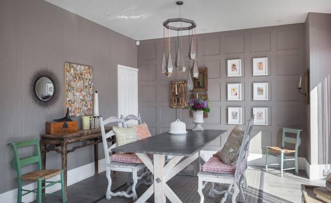 La salle à manger est complétée par des meubles de style ancien