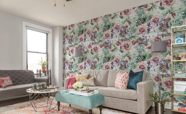 L'imprimé floral aux couleurs pastel sur les murs complétera l'intérieur romantique