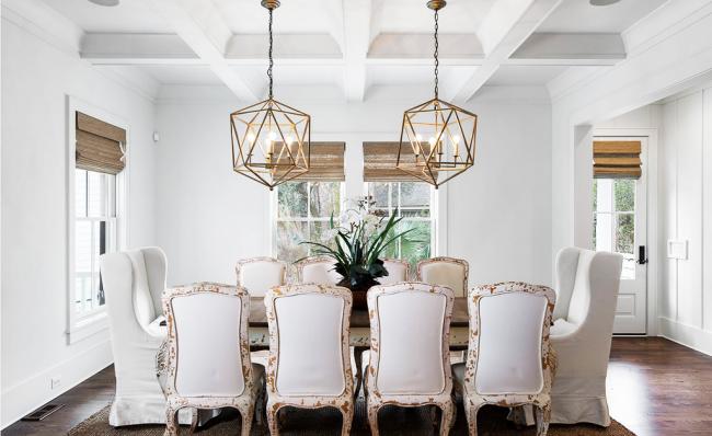 Conception de plafond classique avec poutres peintes en blanc