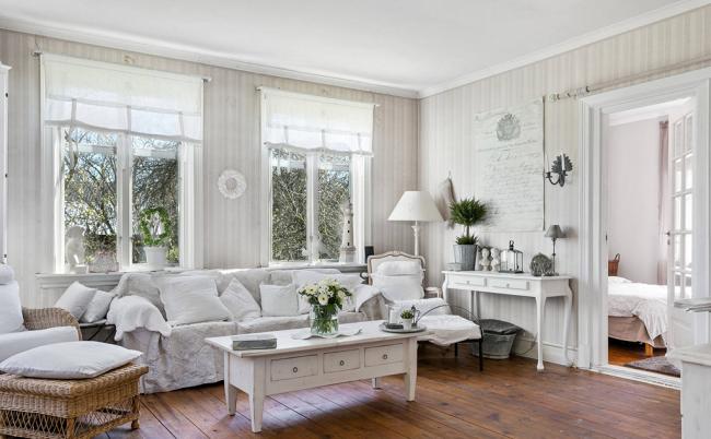 Grâce à l'utilisation de meubles anciens, la pièce la plus simple peut être rendue lumineuse, élégante et raffinée.