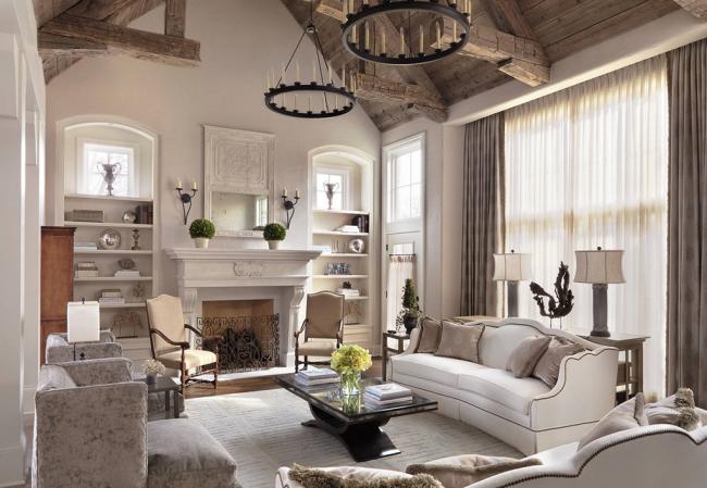 Les poutres de plafond non traitées ont l'air élégantes