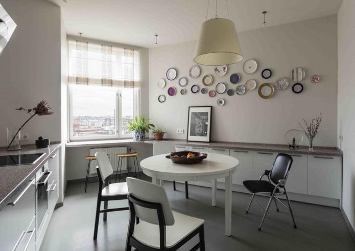 assiettes et soucoupes au mur de la cuisine