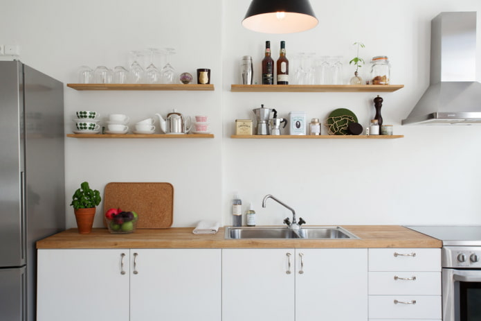 étagères ouvertes sur le mur dans la cuisine