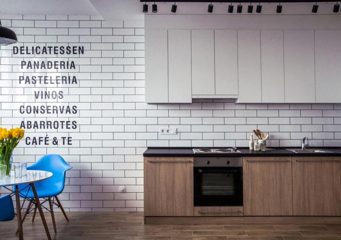 inscriptions sur le mur à l'intérieur de la cuisine