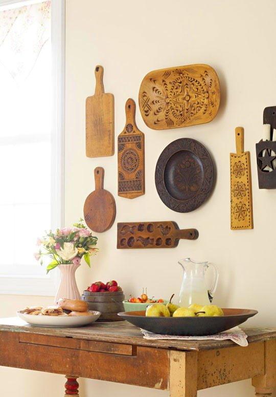 planches à découper au mur dans la cuisine