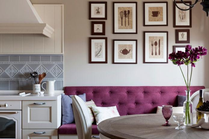 peintures sur le mur à l'intérieur de la cuisine