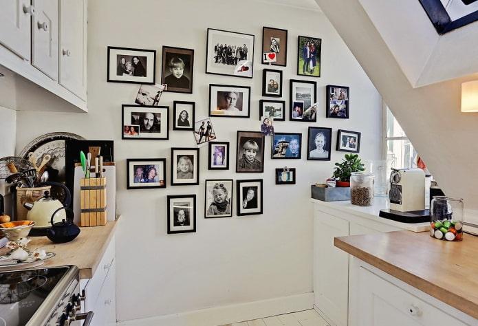 photos sur le mur à l'intérieur de la cuisine