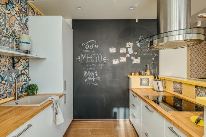 ardoise sur le mur à l'intérieur de la cuisine