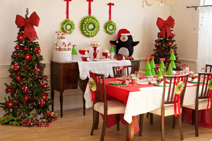Décor du Nouvel An à l'intérieur de la cuisine