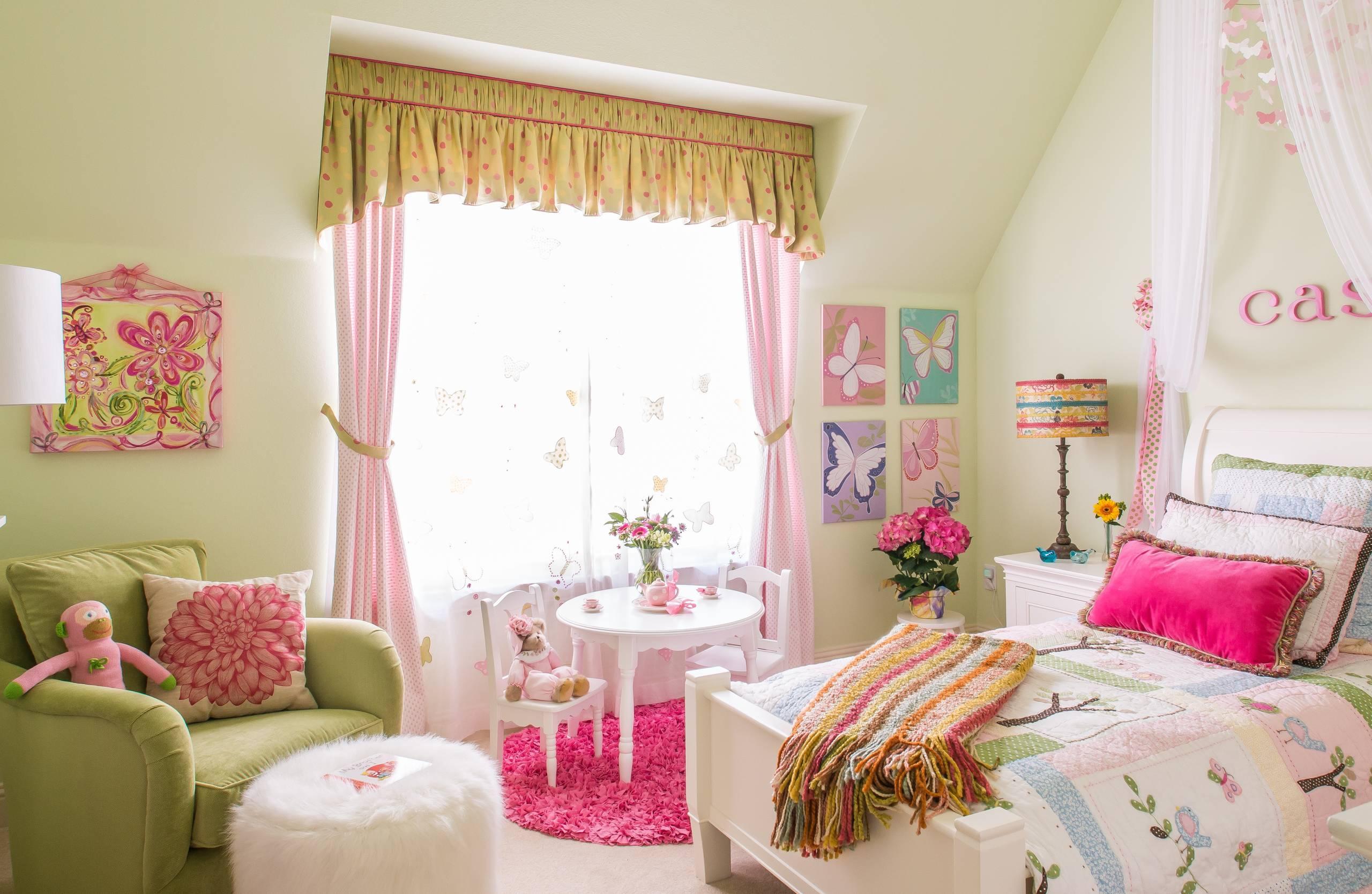 Décoration de fenêtre pour une chambre d'enfant à partir de trois composants: tulle, rideaux et lambrequin