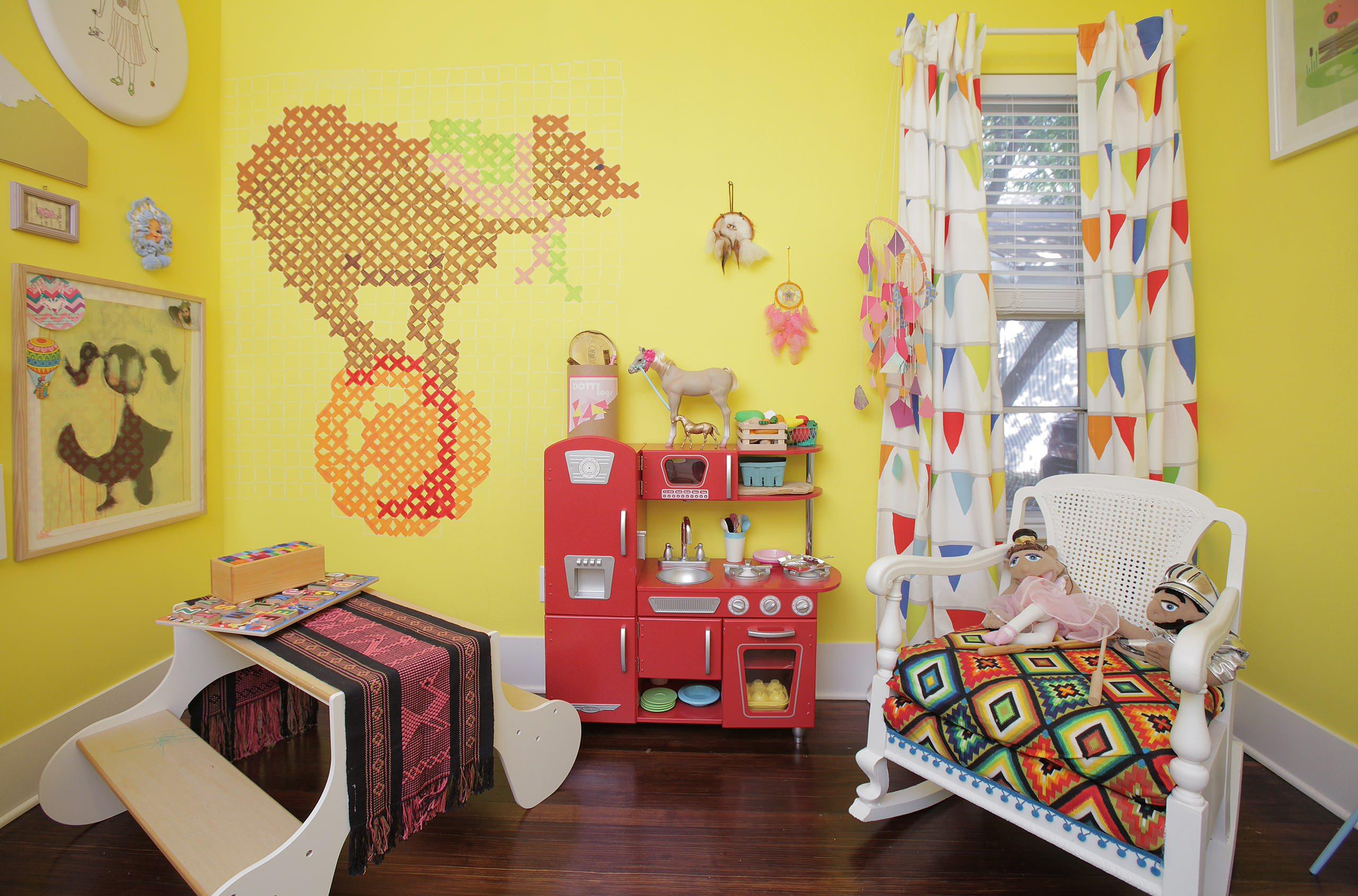 Chambre lumineuse pour une fille d'âge préscolaire avec un rideau de la marque IKEA