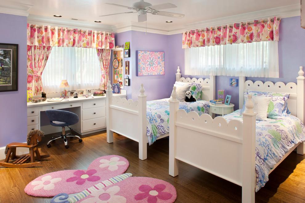Chambre d'enfant pour deux filles-soeurs avec rideaux superposés : tulle transparent, rideaux occultants avec un imprimé floral lumineux et un drapé lambrequin fait du même tissu que les rideaux