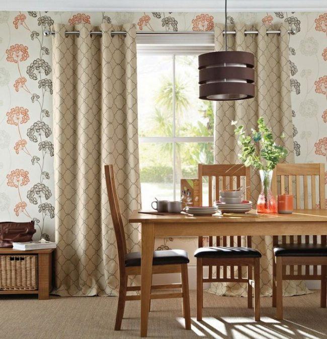 Les rideaux beiges mettent en valeur des motifs de papier peint sophistiqués