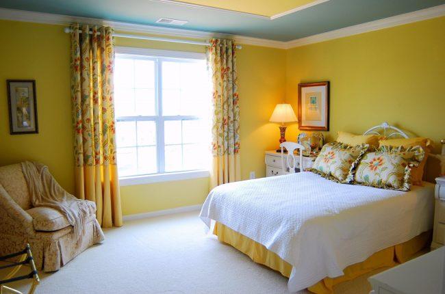 Les rideaux occultants sur les œillets de la chambre sont aux couleurs des papiers peints et des objets de décoration