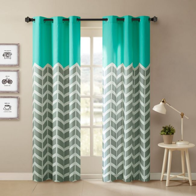 En cousant vous-même des rideaux, vous pouvez combiner plusieurs couleurs de tissus pour un effet intéressant.  Et les vagues turquoises ?
