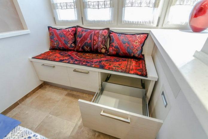 canapé avec boîtes de rangement à l'intérieur de la cuisine