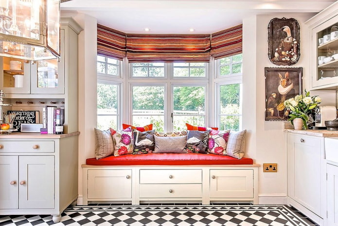 appui de canapé-fenêtre à l'intérieur de la cuisine