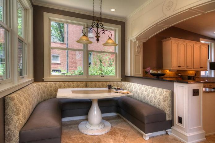 Canapé en U à l'intérieur de la cuisine