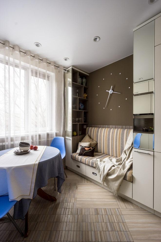 mini canapé à l'intérieur de la cuisine