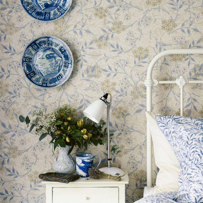 Chambre de style provençal, où le bleu et le vert avec du beige se marient avec succès