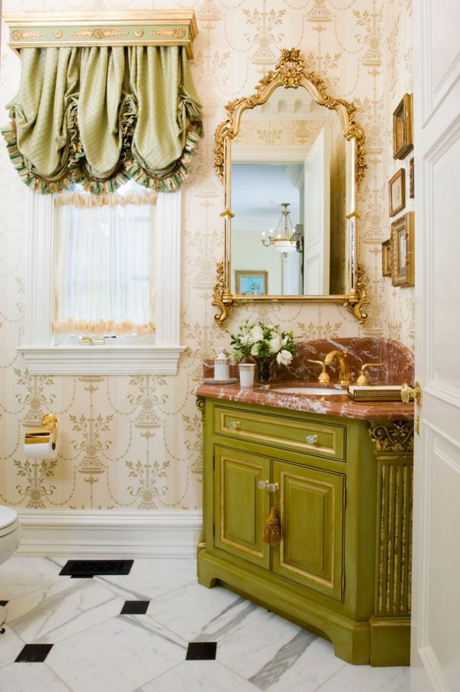 Salle de bain shabby chic avec papier peint beige à motifs légers