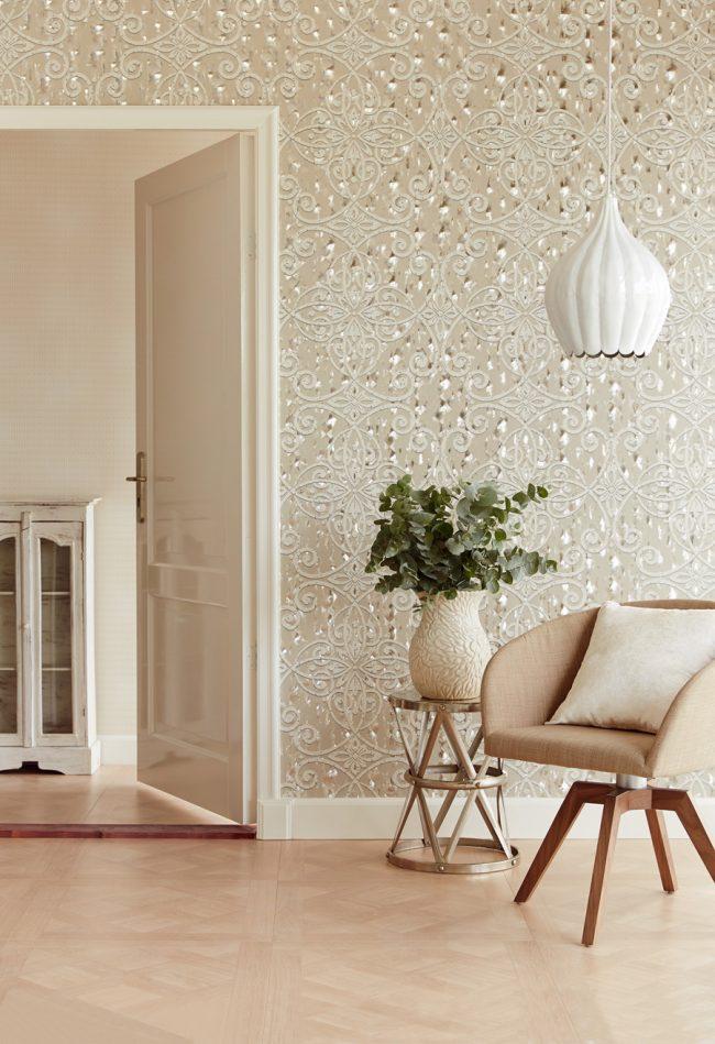 Papier peint beige à motifs dans un salon spacieux