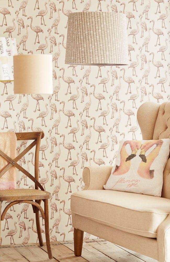 Flamants roses pâles sur papier peint clair dans le salon