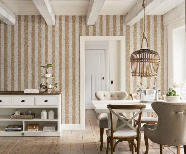 Rayure dorée dans une cuisine provençale aux plafonds bas