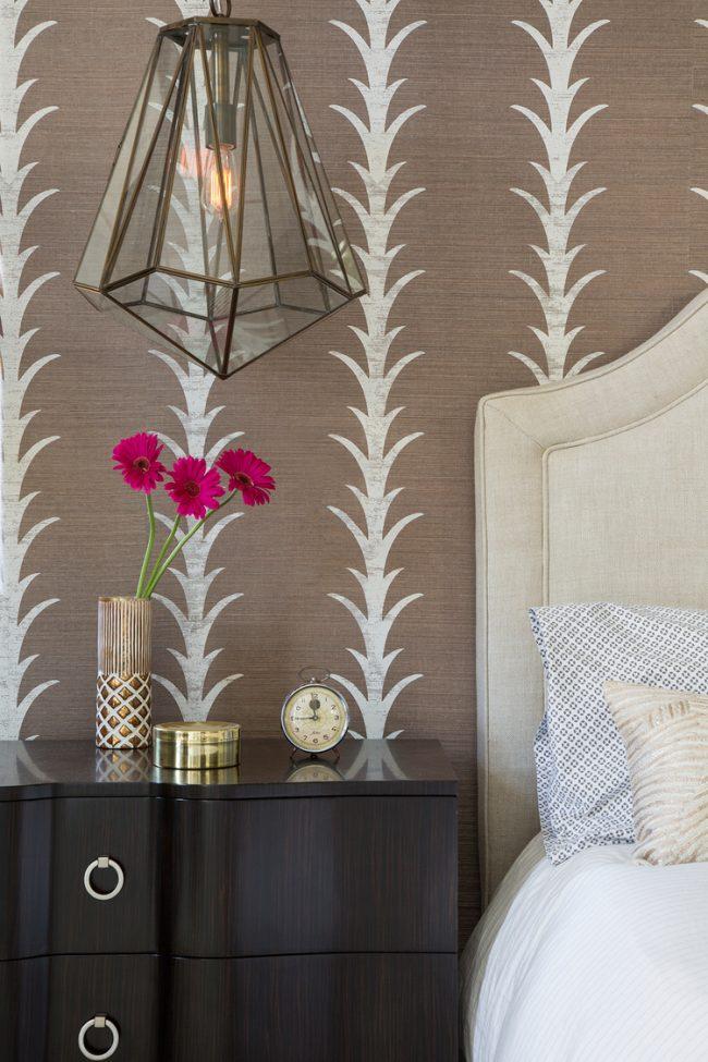 Chambre classique avec décoration murale simple et élégante