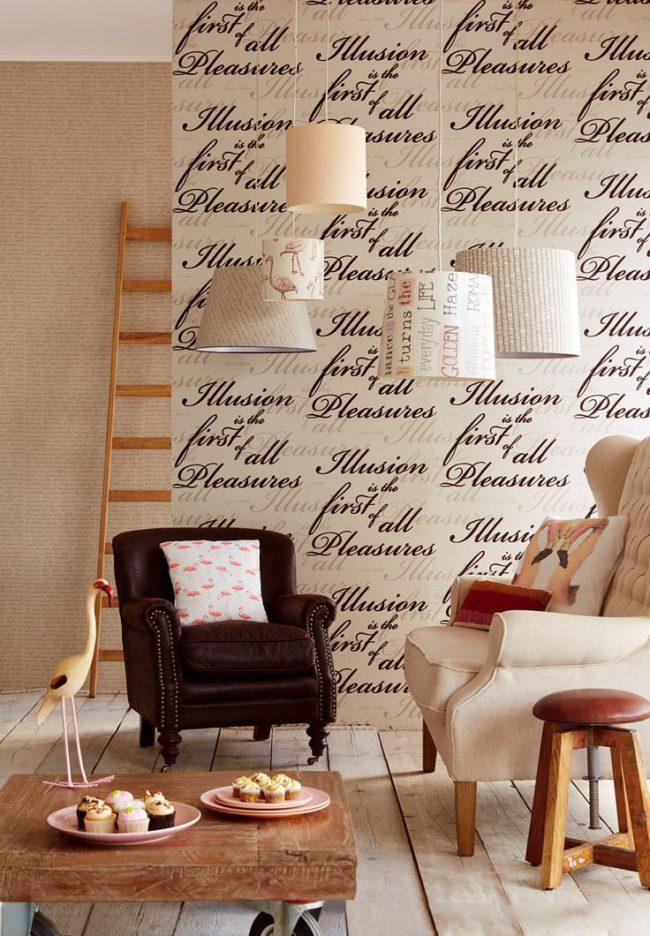 Papiers peints beiges avec un imprimé majuscule