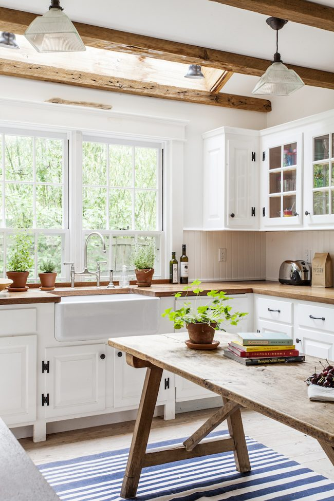 La couleur blanche et une grande fenêtre agrandiront visuellement une petite pièce