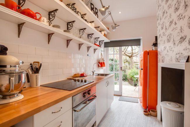 Les détails d'accent lumineux rendront l'intérieur d'une cuisine blanche plus intéressant
