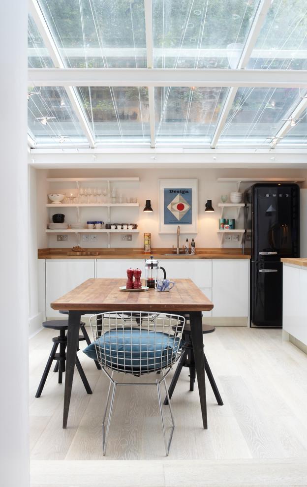 La cuisine en noir et blanc se marie bien avec le bois