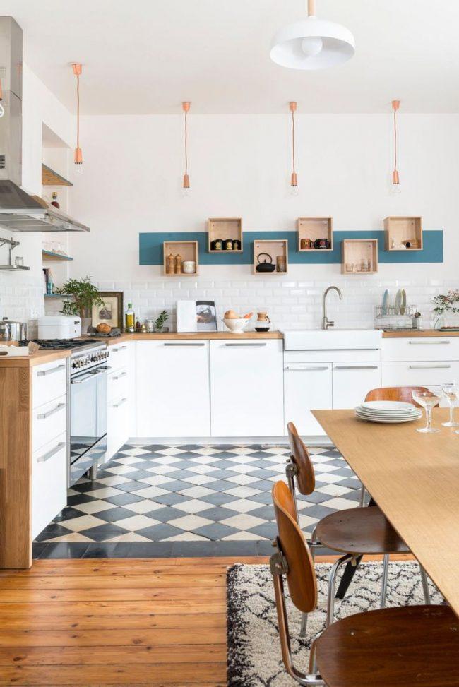 Sol en damier dans une cuisine spacieuse de style éco