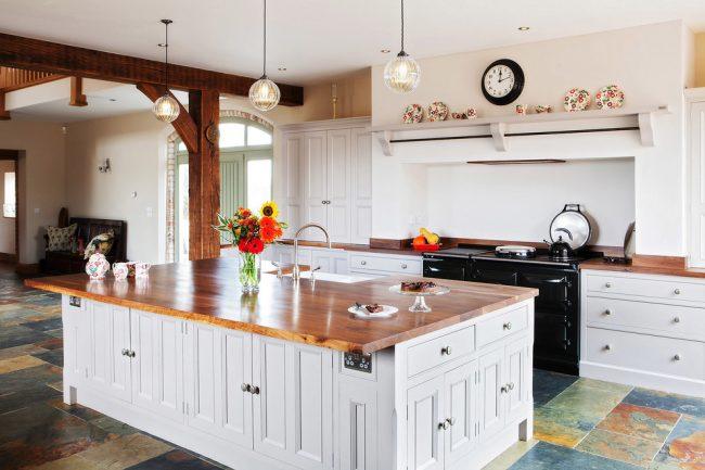Couleur inhabituelle des carreaux de sol dans une cuisine classique