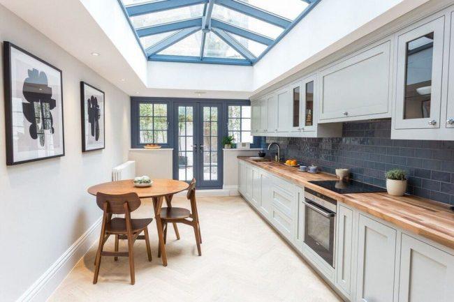 Une belle combinaison marine de nuances dans une cuisine mini-minimaliste