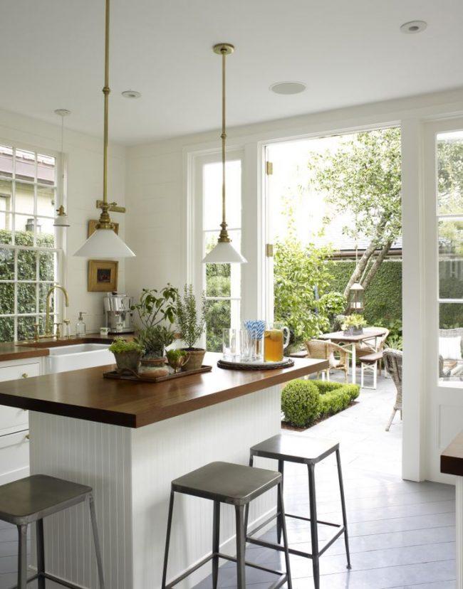 Beau plateau de table contrasté en tskuhna classique blanc
